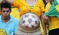Fussball WM 2006        Brasilien - Australien Ein weiblicher brasilianischer Fan, hat sich einen Fussball auf ihren schwangeren Bauch gemalt.