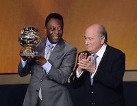 Fussball International  FIFA Ballon d Or   13.01.2014 Ehrenpreis des FIFA Ballon d Or 2013 fuer Pele (li, Brasilien) mit FIFA Praesident Joseph S. Blatter (re, Schweiz)