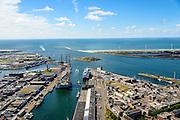 Nederland, Noord-Holland, IJmuiden, 01-08-2016; overzicht zeehaven IJmuiden met booreilanden en ferry van DFDS Seaways. <br /> Overview port of IJmuiden. Monding Noordzeeknaal in de achtergrond.<br /> luchtfoto (toeslag op standard tarieven);<br /> aerial photo (additional fee required);<br /> copyright foto/photo Siebe Swart