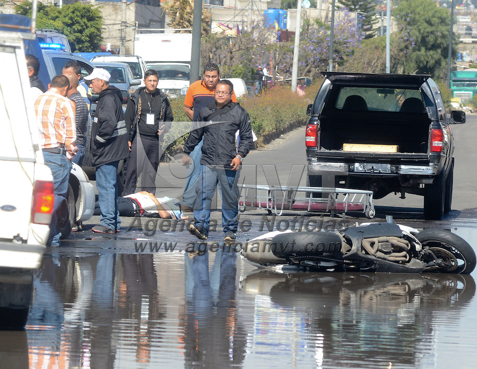 Ecatepec, Mexico.- Un joven que murio al derrapar su moto cuando paso por un charco de agua en Periferico casi con Leon de los Aldama, colonia el Chamizal. Agencia MVT / Juan Garcia.