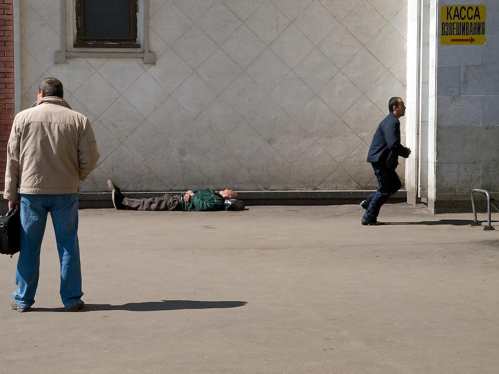 Schlafender Mann an der R&uuml;ckseite des Kasaner Bahnhofs (Kasanski woksal) welcher einer der acht Fernbahnh&ouml;fe in Moskau ist. Er liegt am Komsomolskaja-Platz, in unmittelbarer N&auml;he zum Jaroslawler und dem Leningrader Bahnhof, und ist bis heute einer der gr&ouml;&szlig;ten Bahnh&ouml;fe der russischen Hauptstadt.<br /> <br /> Sleeping person on the backside of the Kazansky Rail Terminal (Kazansky vokzal) which is one of nine rail terminals in Moscow, situated on the Komsomolskaya Square, across the square from the Leningradsky and Yaroslavsky terminals.