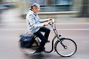 Een vrouw fietst door de Twijnstraat in Utrecht.<br /> <br /> An older woman is cycling at the Twijnstraat Utrecht.