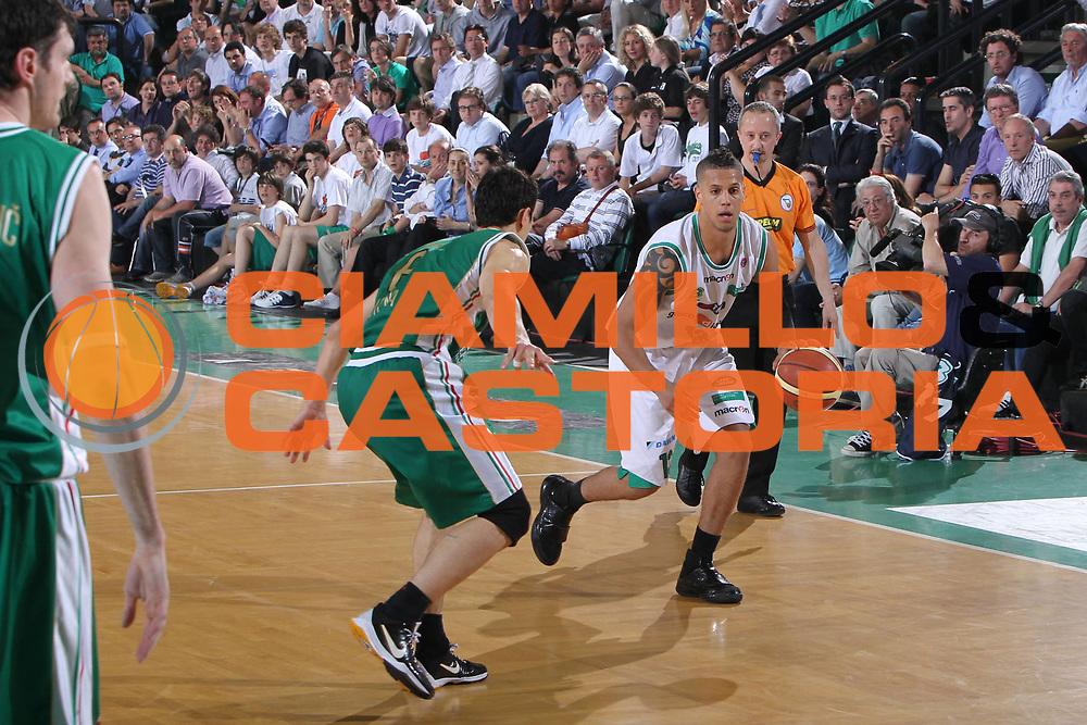 DESCRIZIONE : Treviso Lega A 2009-10 Playoff Quarti di Finale Gara 3 Benetton Treviso Montepaschi Siena<br /> GIOCATORE : Daniel Hackett<br /> SQUADRA : Benetton Treviso<br /> EVENTO : Campionato Lega A 2009-2010 <br /> GARA : Benetton Treviso Montepaschi Siena<br /> DATA : 24/05/2010<br /> CATEGORIA : Palleggio<br /> SPORT : Pallacanestro <br /> AUTORE : Agenzia Ciamillo-Castoria/G.Contessa<br /> Galleria : Lega Basket A 2009-2010 <br /> Fotonotizia : Treviso Lega A 2009-10 Playoff Quarti di Finale Gara 1 Benetton Treviso Montepaschi Siena<br /> Predefinita :