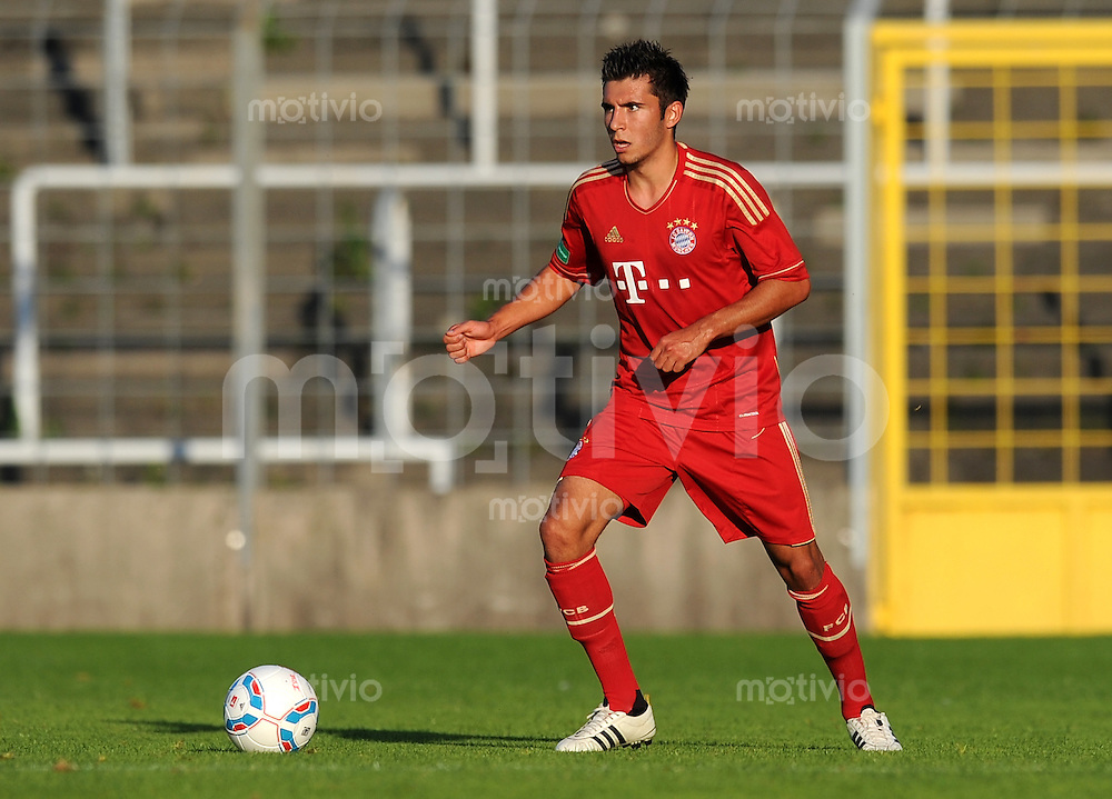 FUSSBALL  Regionalliga Sued     SAISON  2011/2012     12.08.2011 FC Bayern Muenchen II - FC Memmingen Cueneyt Koez (FC Bayern II)