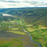Borg, Haugar og Hjarðarhlíð í bakgrunni. Séð til suðurs: Skriðuvatn, Fljótsdalshérað áður Skriðdalshreppur / Borg, Haugar and Hjardarhldi in background. Viewing south: lake Skriduvatn. Fljotsdalsherad former Skriddalshreppur.