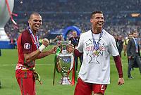 FUSSBALL EURO 2016 FINALE IN PARIS  Portugal - Frankreich          10.07.2016 Ehrenrunde: Pepe (li) und Cristiano Ronaldo (re, beide Portugal) mit dem Pokal