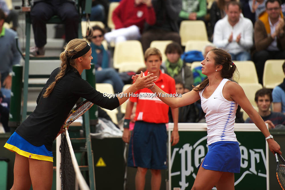 French Open 2011, Roland Garros,Paris,ITF Grand Slam Tennis Tournament, Girls Finale,Junior Final, Finalist Anna Schmiedlova(SVK) gratuliert der Siegerin Annika Beck (GER),Halbkoerper,Querformat,.Freude,Emotion,Einzelbild,Ganzkoerper,Hochformat......
