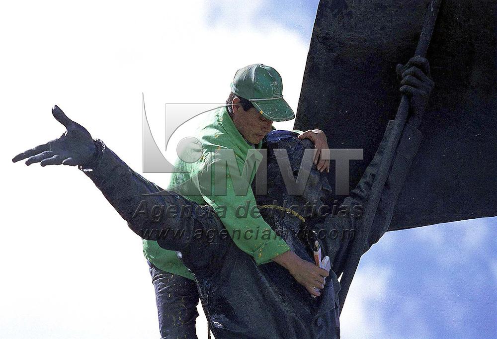 Toluca, Méx.- Lustrando la imagen urbana en la plaza de los mártires de esta ciudad. Agencia MVT/ Mario Vázquez de la Torre
