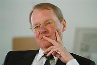 13 JAN 2000, BERLIN/GERMANY:<br /> Hans-Olaf Henkel, Präsident des Bundesverbandes der Deutschen Industrie, BDI, während einem Interview in seinem Büro<br /> Hans-Olaf Henkel, President of the Federalassociation of the German Industrie, during an interview, in his office<br /> IMAGE: 20000113-01/02-15