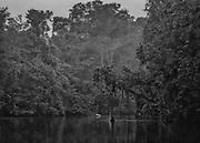 Fleuve Oyapock, zone &agrave; acc&egrave;s r&eacute;glement&eacute;, Guyane, 2015.<br /> <br /> En 1930, un d&eacute;cret divise le territoire guyanais en deux entit&eacute;s administratives distinctes : la Guyane fran&ccedil;aise, le long de la bande c&ocirc;ti&egrave;re jusqu&rsquo;&agrave; 60 km &agrave; l&rsquo;int&eacute;rieur des terres et le &ldquo;Territoire de l&rsquo;Inini&rdquo;, qui couvre 90% de la colonie guyanaise au sud de cette ligne. Cette division officialise la coexistence des deux espaces : le Littoral structur&eacute; par la colonisation fran&ccedil;aise et l&rsquo;Int&eacute;rieur jamais totalement ma&icirc;tris&eacute;. Pour le gouvernement en place, il s&rsquo;agit de cr&eacute;er une colonie dans la colonie pour organiser directement l&rsquo;exploitation de l&rsquo;Int&eacute;rieur en le soustrayant &agrave; l&rsquo;agitation politique locale qui ne concerne plus que le littoral. Le territoire de l&rsquo;Inini est plac&eacute; sous le contr&ocirc;le direct du sous-pr&eacute;fet de Saint-Laurent du Maroni qui joue le r&ocirc;le de gouverneur. Cette nouvelle entit&eacute; englobe les territoires de trois peuples am&eacute;rindiens de Guyane, les Wayana, les Way&atilde;mpi et les Teko &agrave; qui on permet de vivre selon les r&egrave;gles de leur droit coutumier. La circulation dans le sud du territoire est soumise &agrave; l&rsquo;autorisation.<br /> <br /> En 1946, la colonie devient d&eacute;partement. Le nouveau DOM reste s&eacute;par&eacute; en deux arrondissements : celui de Cayenne, qui correspond au littoral, et celui de l&rsquo;Inini qui reprend les limites du &ldquo;Territoire de l&rsquo;Inini.&rdquo; En 1969, &agrave; l&rsquo;occasion d&rsquo;un nouveau d&eacute;coupage administratif du territoire guyanais en deux arrondissements Est et Ouest, l&rsquo;Int&eacute;rieur est int&eacute;gr&eacute; au d&eacute;partement. En 1970, motiv&eacute; par des justifications culturelles, sanitaires et s&eacute;curitaires, un arr&ecirc;t&eacute; 