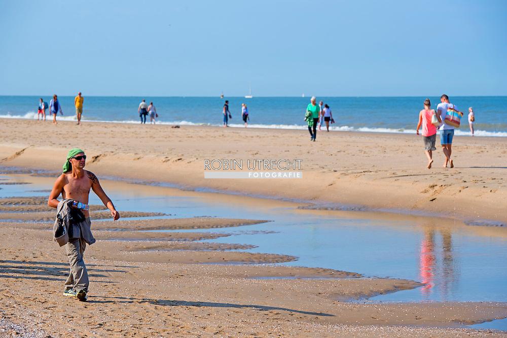 SCHEVENINGEN - Badgasten genieten van een warme dag in de herfst op het strand. ANP ROBIN UTRECHT