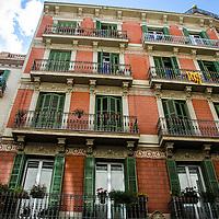 Edificio de la calle Gran de Gracia (Gran de Gràcia) en Barcelona, España. Building on Calle Gran de Gràcia in Barcelona, Spain.
