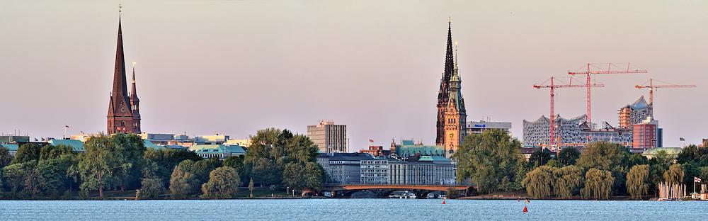 Skyline von Hamburg ueber die Alster mit Elbphilharmonie, Rathaus und Kirchen