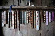 Sonja Hedlund et Dick Riseling dirigent une petite exploitation agricole organique, Apple Pond Farm, à 2 heures de New York city et initient les enfants aux activités de la ferme. L'alimentation électrique de la ferme est générée  à 75% par des éoliennes et des panneaux solaires. Photographe: Markel Redondo/Fedephoto...A view of the Apple Pond Farm with its wind turbine in the left side and the solar panels in the right. Sonja Hedlund and Dick Riseling run an organic farm, Apple Pond Farm, two hours away from New York city and offer workshops for children so they can learn how to farm. The farm runs 75% of their electricity on a wind turbine and solar panels. Photographer: Markel Redondo/Fedephoto.