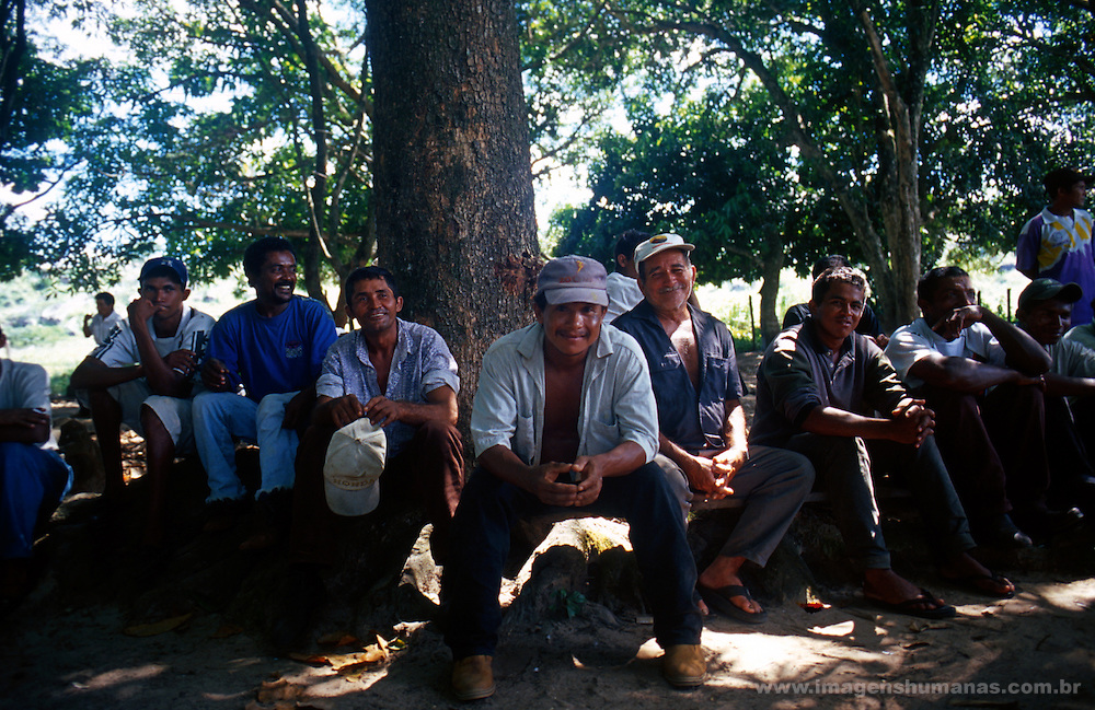 70 trabalhadores escravos sendo libertados pelo grupo m