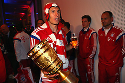 "17.05.2014, T Com, Berlin, GER, DFB Pokal, Bayern Muenchen Pokalfeier, im Bild Arjen Robben of Bayern Muenchen. Arjen Robben, // during the FC Bayern Munich ""DFB Pokal"" Championsparty at the T Com in Berlin, Germany on 2014/05/17. EXPA Pictures © 2014, PhotoCredit: EXPA/ Eibner-Pressefoto/ EIBNER<br /> <br /> *****ATTENTION - OUT of GER*****"
