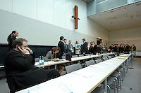 20 MAR 2007, BERLIN/GERMANY:<br /> Abgeordnete der CDU/CSU Fraktion, vor Beginn einer CDU/CSU Fraktionssitzung, Sitzungsaal, Deutscher Bundestag<br /> IMAGE: 20070320-01-007<br /> KEYWORDS: Sitzung