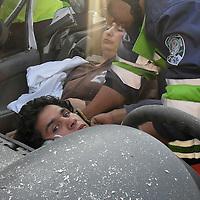 Toluca, Méx.- Paramedicos del SUEM rescatan con equipo especial a dos personas (madre e hijo) que quedaron prensados en el interior de su automovil tipo Pointer que fue embestido por un tracto camion sobre la Av. Alfredo del Mazo a la altura de los centros comerciales. Agencia MVT / Hugo Granados.