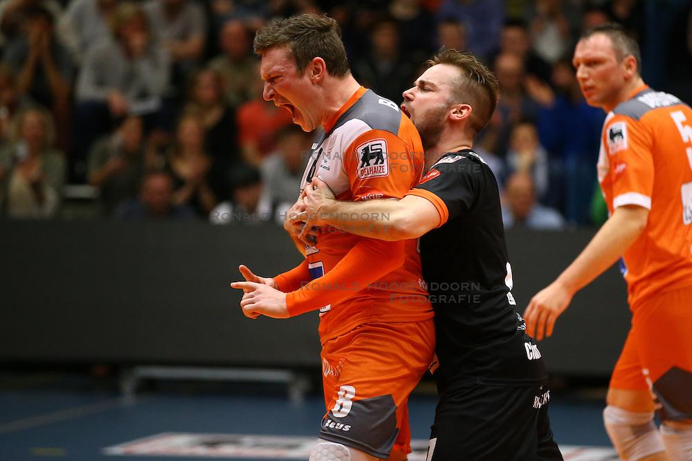20160402 BEL: Volleybal: Volley Lindemans Asse Lennik - Noliko Maaseik, Zellik  <br />Seppe Baetens viert een punt, Dirk Sparidans viert mee.