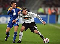 Fussball           EM Qualifikation        17.11.07 Deutschland - Zypern Lukas PODOLSKI (re, GER) im Zweikampf mit Constantinos CHARALAMBIDES (li, ZYP).