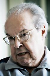 O jornalista e escritor Antonio Carlos Rezende durante entrevista no seu apartamento. FOTO: Itamar Aguiar / Preview.com