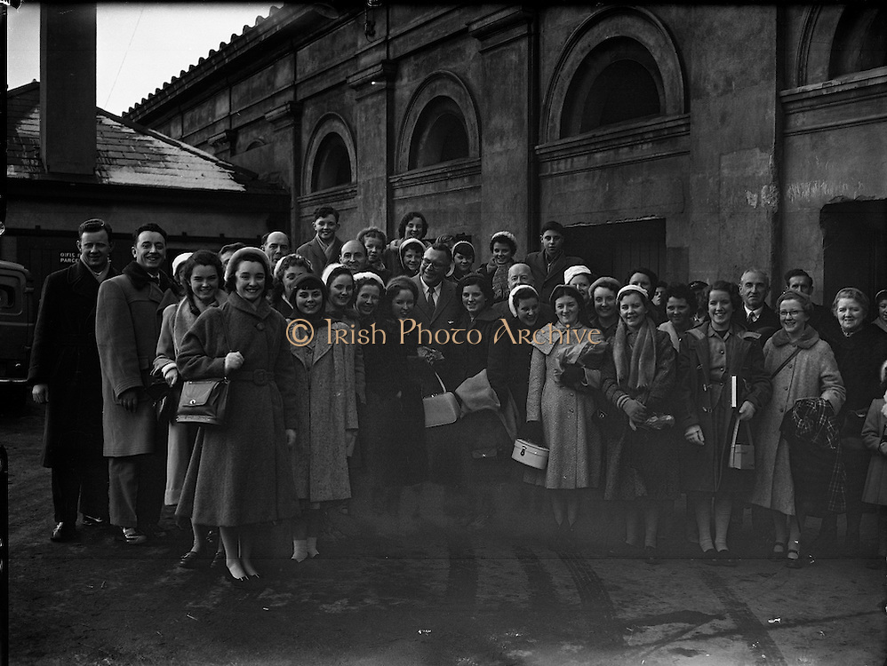 Derry's Children's Choir at King's Bridge, train station Dublin, now known as Dublin Heuston.- leaving for USA .<br />