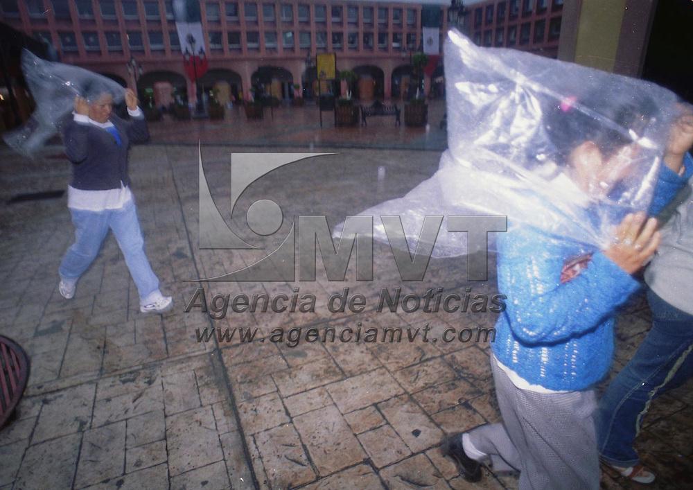 Toluca, M&eacute;x.- La gente se proteje de la lluvia durante esta temporada en la ciudad de Toluca. Agencia MVT / Ricardo Ochoa. (FILM)<br /> <br /> NO ARCHIVAR - NO ARCHIVE