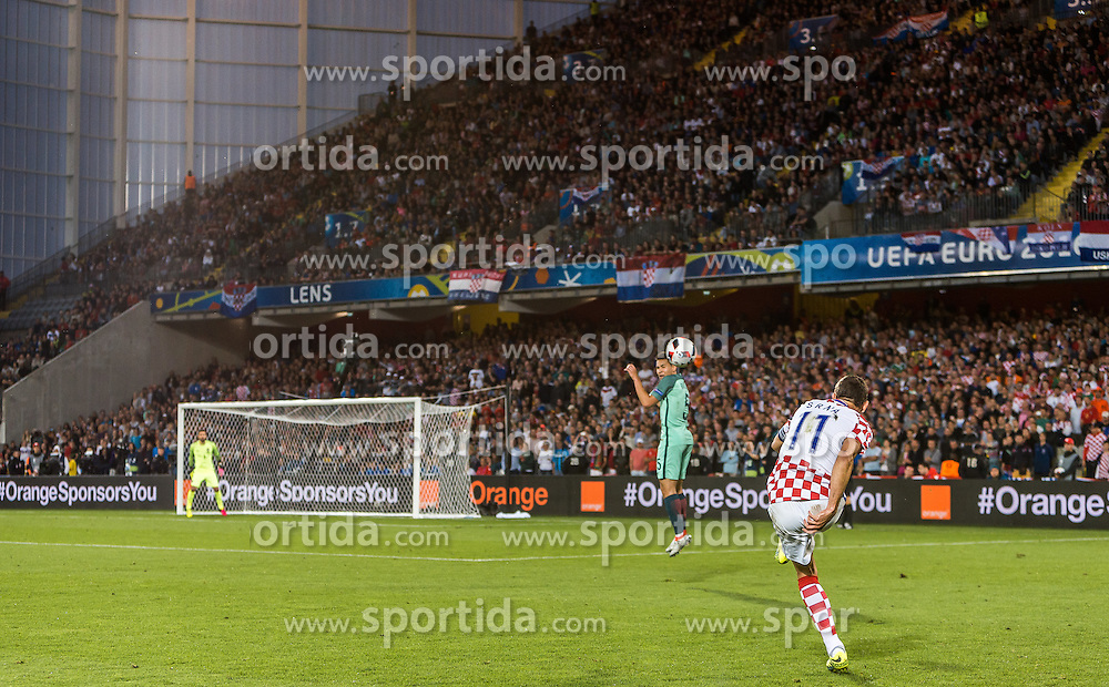25.06.2016, Stade Bollaert Delelis, Lens, FRA, UEFA Euro 2016, Kroatien vs Portugal, Achtelfinale, im Bild Darijo Srna (CRO), Uebersicht Freistoss // Darijo Srna (CRO) Overview Freekick during round of 16 match between Croatia and Portugal of the UEFA EURO 2016 France at the Stade Bollaert Delelis in Lens, France on 2016/06/25. EXPA Pictures © 2016, PhotoCredit: EXPA/ JFK