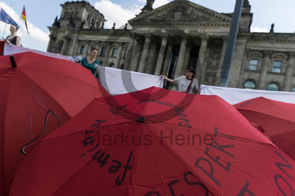 Regenschirme liegen w&auml;hrend des Protest von Sexworkern am 02.06.2016 vor dem Bundestag in Berlin, Deutschland. Mitarbeiter/innen aus dem Sexgewerbe Demonstrierten und der Motto &quot;Mein K&ouml;rper - Mein Bettlaken - Mein Arbeitsplatz&quot; gegen das gegen das Prostituiertenschutzgesetz das heute im Bundestag verhandelt wird. Foto: Markus Heine / heineimaging<br /> <br /> ------------------------------<br /> <br /> Ver&ouml;ffentlichung nur mit Fotografennennung, sowie gegen Honorar und Belegexemplar.<br /> <br /> Bankverbindung:<br /> IBAN: DE65660908000004437497<br /> BIC CODE: GENODE61BBB<br /> Badische Beamten Bank Karlsruhe<br /> <br /> USt-IdNr: DE291853306<br /> <br /> Please note:<br /> All rights reserved! Don't publish without copyright!<br /> <br /> Stand: 06.2016<br /> <br /> ------------------------------w&auml;hrend des Protest von Sexworkern am 02.06.2016 vor dem Bundestag in Berlin, Deutschland. Mitarbeiter/innen aus dem Sexgewerbe Demonstrierten und der Motto &quot;Mein K&ouml;rper - Mein Bettlaken - Mein Arbeitsplatz&quot; gegen das gegen das Prostituiertenschutzgesetz das heute im Bundestag verhandelt wird. Foto: Markus Heine / heineimaging<br /> <br /> ------------------------------<br /> <br /> Ver&ouml;ffentlichung nur mit Fotografennennung, sowie gegen Honorar und Belegexemplar.<br /> <br /> Bankverbindung:<br /> IBAN: DE65660908000004437497<br /> BIC CODE: GENODE61BBB<br /> Badische Beamten Bank Karlsruhe<br /> <br /> USt-IdNr: DE291853306<br /> <br /> Please note:<br /> All rights reserved! Don't publish without copyright!<br /> <br /> Stand: 06.2016<br /> <br /> ------------------------------
