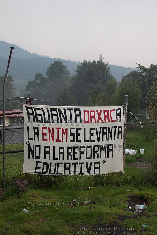La scuola normale di Cheran appoggia la protesta contro la riforma educativa e condanna la repressione che ha portato alla morte di almeno 9 persone nello stato di Oaxaca.