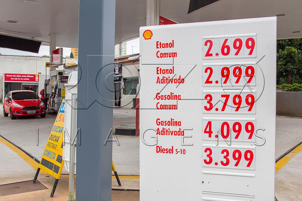 Placa com preços de combustíveis de posto de abastecimento, São Paulo - SP, 12/2017.