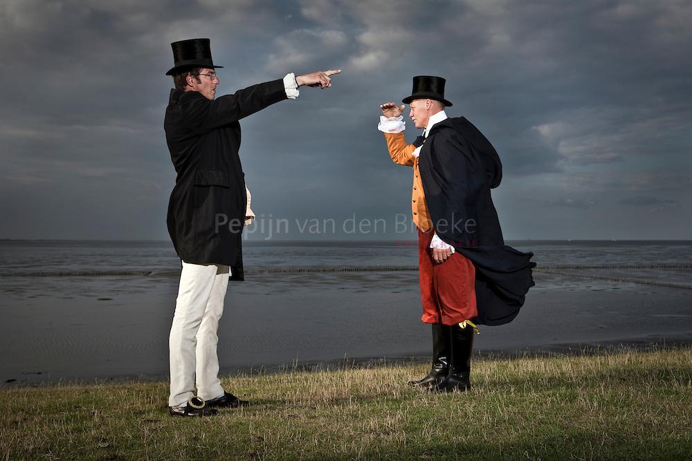 uihuizermeeden, noordkaap 20100715. Dion Middelkoop (links) en Jos Huizinga spelen scene uit toneelstuk in kostuum. foto: pepijn van den Broeke.