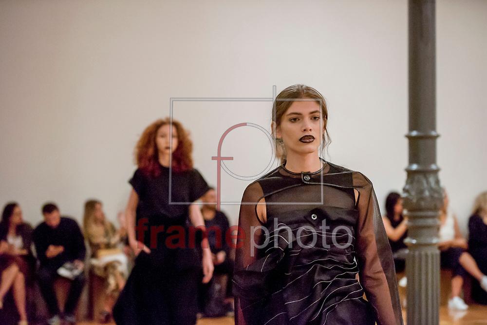 Desfile da grife Fernanda Yamamoto, na edição Trans N42, da São Paulo Fashion Week, na Estação Pinacoteca, em S.Paulo(SP), nesta terça-feira(25). FOTO: CHELLO/FRAMEPHOTO. FOTO: CHELLO/FRAMEPHOTO