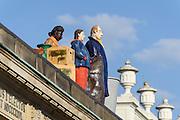"""Figurengruppe """"Die  Fremden"""" des Künstlers Thomas Schütte auf dem Portikus Portikus des SinnLeffers-Gebäudes, Friedrichsplatz, Altstadt, Kassel, Hessen, Deutschland"""