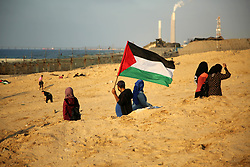 November 19, 2018 - Beit Lahia, Gaza Strip - Palestinian protesters gather during clashes with Israeli forces in a demonstration against the Israeli blockade on Gaza Strip, along the Gaza sea barrier on the maritime border with Israel near Kibbutz Zikim, north of Beit Lahia in the northern Gaza Strip on November 19, 2018  (Credit Image: © Dawoud Abo Alkas/APA Images via ZUMA Wire)