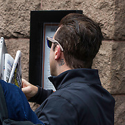 NLD/Amsterdam/20140506 - Robbie Williams in een slecht humeur wil niet gefotografeerd worden bij het verlaten van zijn hotel in Amsterdam. <br /> <br /> Singer Robbie Williams doesn't wants his picture taken leaving his hotel in Amsterdam