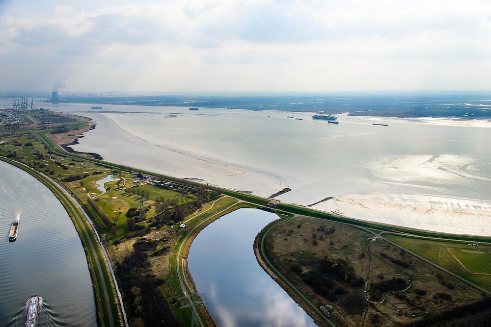 Nederland, Zeeland, Gemeente Reimerswaal, 01-04-2016; Bathse spuisluis en Bathse spuikanaal gezien naar de Westerschelde met links Schelde-Rijnverbinding, richting Antwerpen. Kerncentrale Doel aan de evrre horizon. <br /> Spuikanaal en spuisluis maken zorgen voor de zoetwaterhuishouding van het Zoommeer en maken onderdeel uit van de Deltawerken.<br /> Sluice and drainage canal, part of the fresh water management works, build as part of the Delta Works.<br /> <br /> luchtfoto (toeslag op standard tarieven);<br /> aerial photo (additional fee required);<br /> copyright foto/photo Siebe Swart