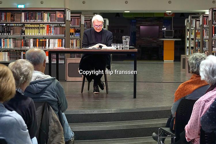 Nederland, Nijmegen, 19-4-2017Auteur, schrijver, Adriaan van Dis tijdens een voordracht in de bibliotheek.Foto: Flip Franssen