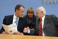 21 JUN 2002, BERLIN/GERMANY:<br /> Friedrich Merz (L), CDU, CDU/CSU Fraktionsvorsitzender, Angela Merkel (M), CDU Bundesvorsitzende, und Edmund Stoiber (R), CSU, Ministerpraesident Bayern und CDU/CSU Kanzlerkandidat, im Gespraech, nach einer Pressekonferenz zur Vorstellung von Merz als neues Mitglied des CDU/CSU Kompetenzteams, Wahlkampfteams, Bundespressekonferenz<br /> IMAGE: 20020621-01-033<br /> KEYWORDS: Schattenkabinett, Ministerpr&auml;sident, Gespr&auml;ch<br /> Spitzenkandidat