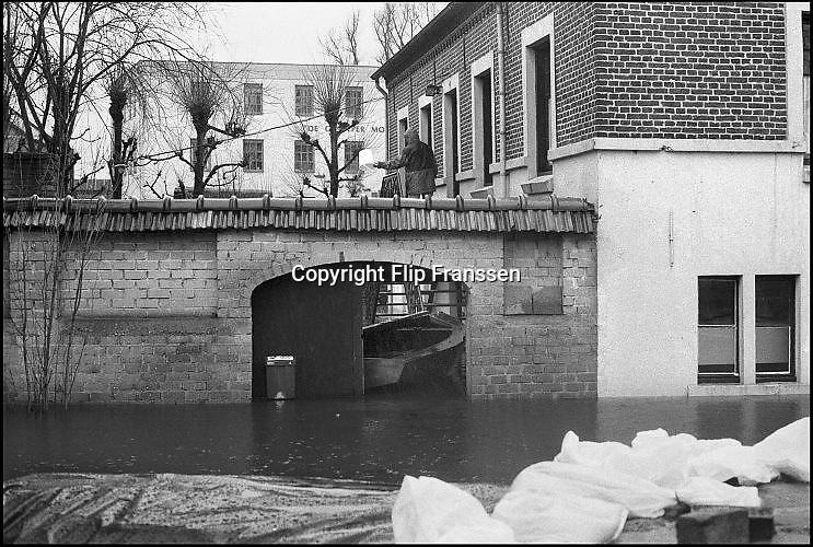 Nederland, Gennep, 01-02-1995Eind januari, begin februari 1995 steeg het water van de Rijn, Maas en Waal tot record hoogte van 16,64 m. bij Lobith. Een evacuatie van 250.000 mensen was noodzakelijk vanwege het gevaar voor dijkdoorbraak en overstroming. op verschillende zwakke punten werd geprobeerd de dijken te versterken met zandzakken. Hier in Gennep aan de Maas en Niers.Late January, early February 1995 increased the water of the Rhine, Maas and Waal to a record high of 16.64 meters at Lobith. An evacuation of 250,000 people was needed because of flood risk. At several points people tried to reinforce the dikes with sandbags.Foto: Flip Franssen/Hollandse Hoogte