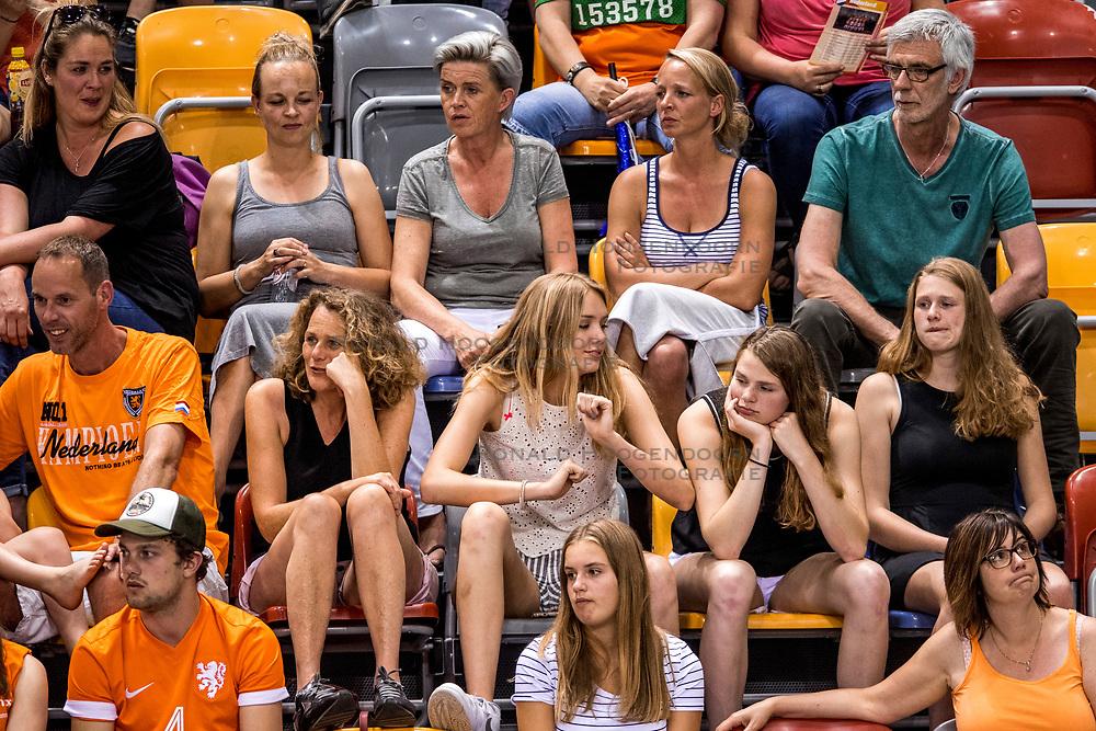 26-05-2017 NED: Nederland - Italie, Apeldoorn<br /> Kick off voor het Nederlands vrouwenteam begon met een oefenwedstrijd in Apeldoorn. Itali&euml; werd met 3-1 verslagen / Support publiek, Anna, Suus