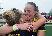 DEN BOSCH -  Vreugde bij Maartje Paumen   en Lieke Hulsen (l) van Den Bosch ,  na   de tweede finalewedstrijd tussen de vrouwen van Den Bosch en SCHC (2-0)  en het behalen van de titel.    ANP KOEN SUYK