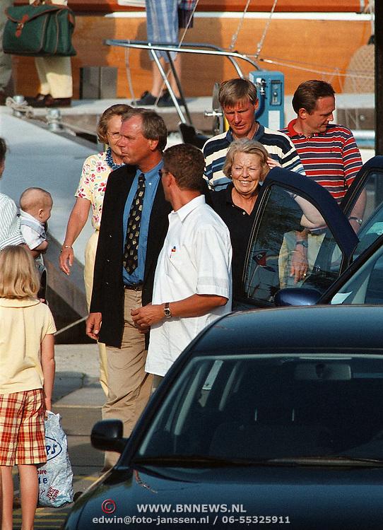 Aankomst Beatrix in haven Muiden met Groene Draeck, Koninging met vrienden en familie