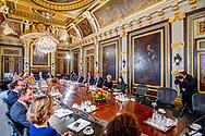 DEN HAAG - Premier Mark Rutte zit de eerste ministerraad van het nieuwe kabinet Rutte III voor in de Treveszaal op het Binnenhof.  Halbe Zijlstra (minister van Buitenlandse Zaken), vicepremier Kajsa Ollongren (minister van Binnenlandse Zaken en Koninkrijksrelaties), premier Mark Rutte (minister van Algemene Zaken), koning Willem-Alexander, vicepremier Hugo de Jonge (Minister van Volksgezondheid, Welzijn en Sport), vicepremier Carola Schouten (minister van Landbouw, Voedselveiligheid en Regio) en Ferdinand Grappenhaus (minister van Justitie). (L-R achter) Arie Slob (minister van Onderwijs, Cultuur en Wetenschap), Sigrid Kaag (minister van Buitenlandse Handel en Ontwikkelingssamenwerking), Eric Wiebes (minister van Economische Zaken en Klimaat), Ank Bijleveld (minister van Defensie), Ingrid Engelshoven (minister van Onderwijs, Cultuur en Wetenschappen), Wopke Hoekstra (minister van Financien), Cora van Nieuwenhuizen (minister van Infrastructuur en Milieu), Wouter Koolmees (minister Sociale Zaken) en Bruno Bruins (minister voor Medische Zorg).  ROBIN UTRECHT