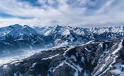 THEMENBILD - der Kitzsteinhorn Gletscher mit seinem Gipfel und dem Skigebiet der Kapruner Gletscherbahnen AG, Kaprun, dem Maiskogel, aufgenommen am 5. Feber 2018 in Zell am See - Kaprun, Österreich // the Kitzsteinhorn glacier with the summit and the Kaprun glacier ski lifts with the Town Kaprun with the Maiskogel, Zell am See Kaprun, Austria on 2018/02/05. EXPA Pictures © 2018, PhotoCredit: EXPA/ JFK