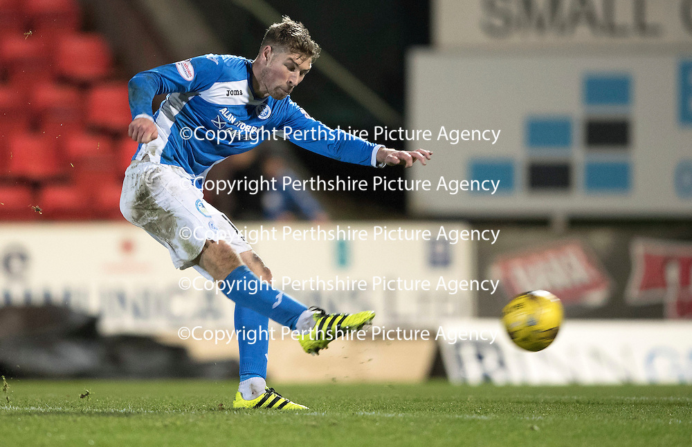 St Johnstone v Motherwell&Ouml;17.12.16     McDiarmid Park    SPFL<br /> David Wotherspoon shoots for goal<br /> Picture by Graeme Hart.<br /> Copyright Perthshire Picture Agency<br /> Tel: 01738 623350  Mobile: 07990 594431