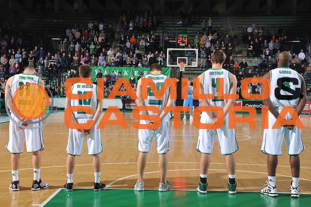 DESCRIZIONE : Treviso Lega A 2011-12 Benetton Treviso Vanoli Braga Cremona<br /> GIOCATORE : team benetton<br /> CATEGORIA :  minuto silenzio<br /> SQUADRA : Benetton Treviso Vanoli Braga Cremona<br /> EVENTO : Campionato Lega A 2011-2012<br /> GARA : Benetton Treviso Vanoli Braga Cremona<br /> DATA : 14/01/2012<br /> SPORT : Pallacanestro<br /> AUTORE : Agenzia Ciamillo-Castoria/M.Gregolin<br /> Galleria : Lega Basket A 2011-2012<br /> Fotonotizia :  Treviso Lega A 2011-12 Benetton Treviso Vanoli Braga Cremona<br /> Predefinita :