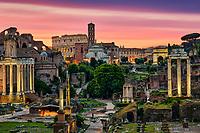 Forum Romanum mit Triumphbögen und Kolosseum kurz vor Sonnenaufgang.