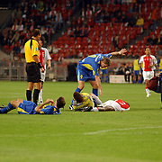 NLD/Amsterdam/20050731 - LG Amsterdam Tournament 2005, Ajax - Boca Juniors, Hatem Trabelsi en Maarten Stekelenburg blesseren elkaar