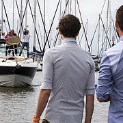NLD/Volendam/20140620 -Presentatie 'Herinneringen' Dvd box Nick & Simon, aankomst Gaston Starreveld op boot Jaap Buijs